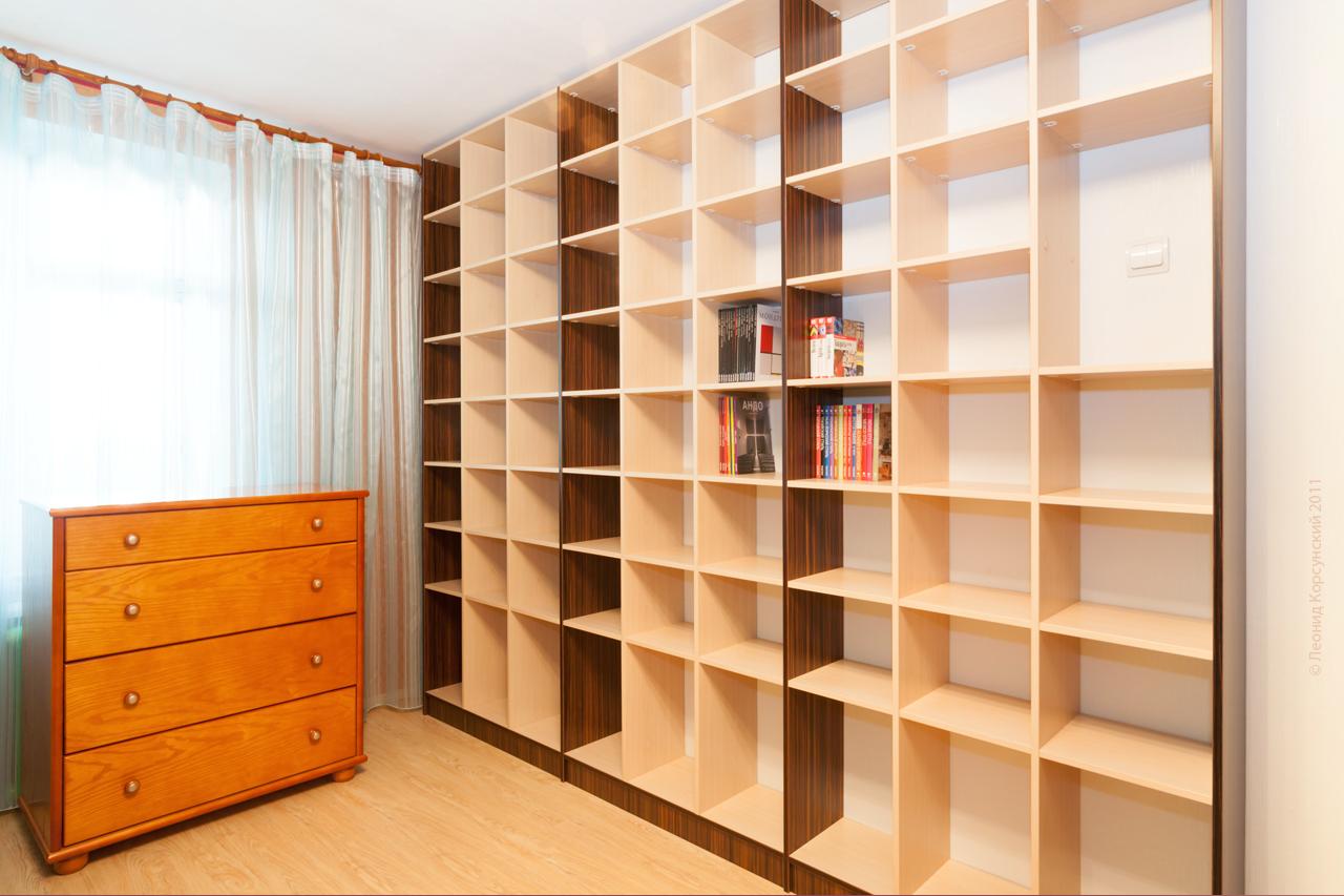 Гардеробную комнату и книжный шкаф.